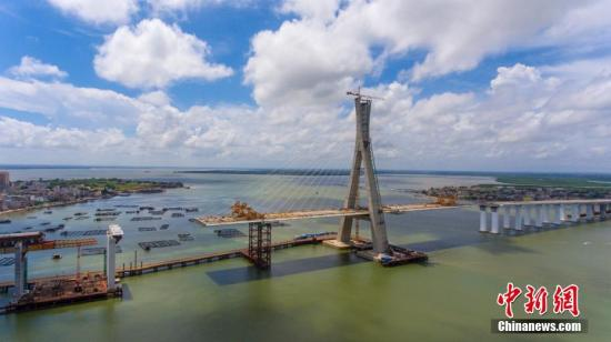 资料图:航拍正在建设中的海南铺前跨海大桥。中新社记者 骆云飞 摄