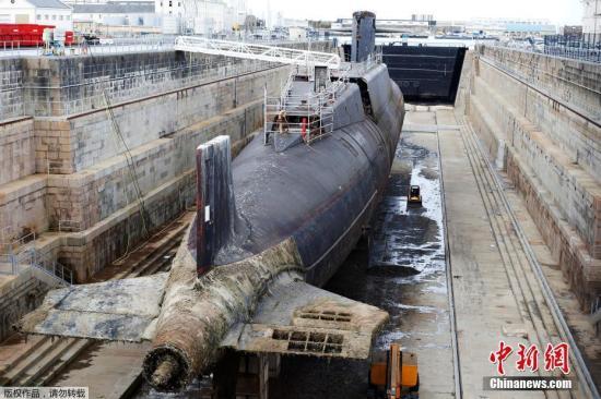 """当地时间2018-12-12,法国海军集团在瑟堡-奥克特维尔进行了""""可畏""""级弹道导弹核潜艇""""霹雳""""号的拆解仪式。图为""""霹雳""""号核潜艇。"""