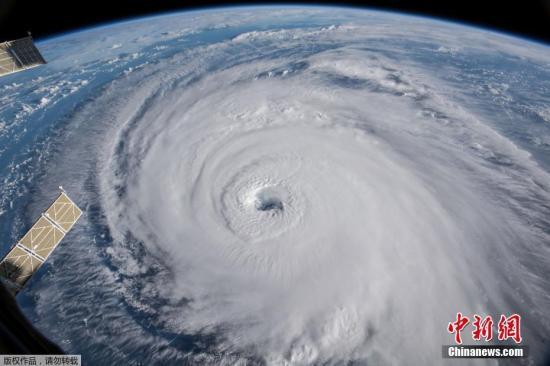 """当地时间2018年9月12日,欧洲航天局宇航员Alexander Gerst从国际空间站拍摄到一组震撼的飓风""""佛罗伦斯""""照片。"""