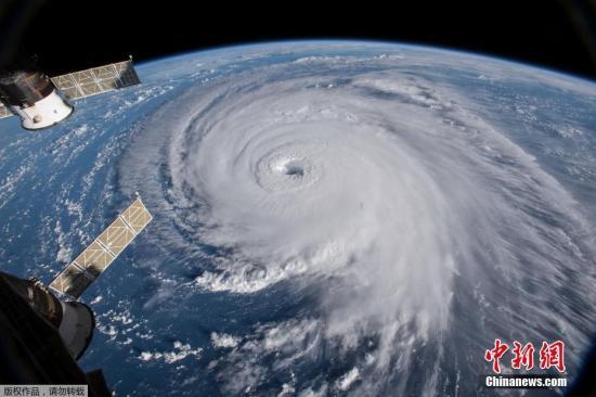 """太空中俯瞰飓风""""佛罗伦斯""""。"""