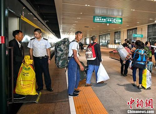 资料图:在乌鲁木齐站下车的旅客。 /p中新社记者 刘新 摄
