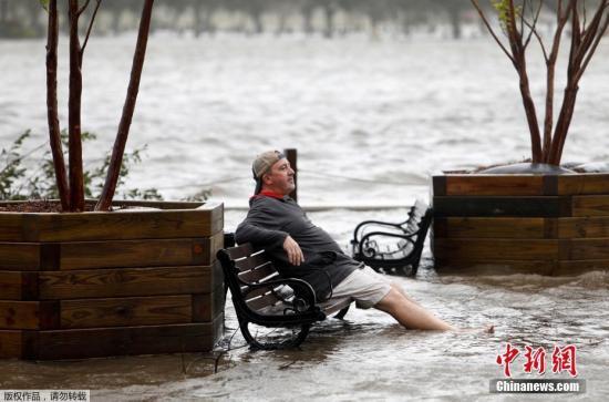 """资料图:当地时间2018年9月14日,美国,飓风""""弗洛伦斯""""登陆美国东南沿海,狂风暴雨致多地水位暴涨。"""