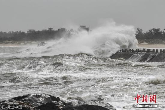 """9月15日,福建泉州,台风""""山竹""""将至。晋江深沪镇,巨浪拍打着堤坝激起几十米的浪花。郑翔 摄 图片来源:视觉中国"""