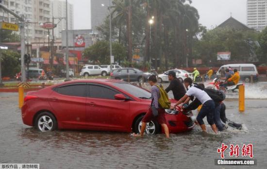 汽车在水中抛锚。