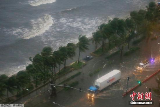 倒灌的海水淹没沿海公路。
