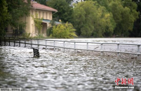 """当地时间9月14日,美国华盛顿,水涨过华盛顿海峡两岸。大西洋飓风""""佛罗伦萨""""于美东时间9月14日上午7时15分在美国北卡罗来纳州赖茨维尔海滩(Wrightsville Beach)附近登陆。"""