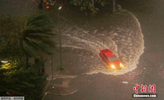 汽车在狂风暴雨中前行。