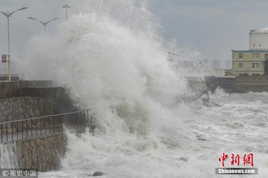 """资料图:台风""""山竹""""将至,巨浪拍打着堤坝激起几十米的浪花。郑翔 摄 图片来源:视觉中国"""