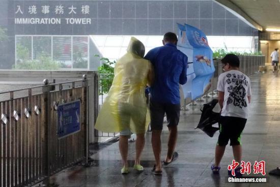 资料图:狂风暴雨中,市民艰难出行。<a target='_blank' >中新社</a>记者 张炜 摄