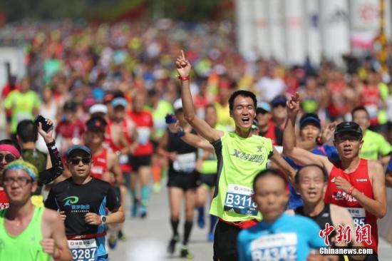 资料图:北京马拉松。中新社记者 盛佳鹏 摄
