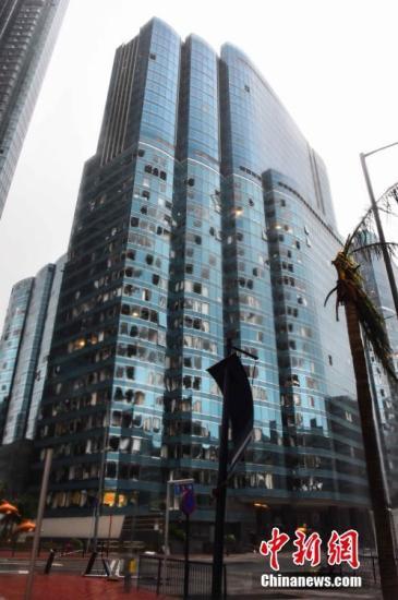 图为红�|海滨广场二期,当日有数十只玻璃窗被强风损毁,玻璃碎散落一地。<a target='_blank' href='http://www.chinanews.com/'>中新社</a>记者 麦尚�F 摄