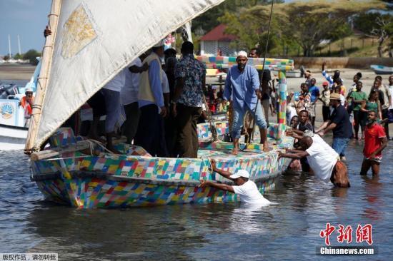 資料圖:肯尼亞拉穆島,肯尼亞第一艘完全由回收塑料制成的單桅帆船在拉穆島舉行啟動儀式。