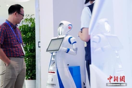 资料图:智能机器人在与人交流。中新社记者 汤彦俊 摄