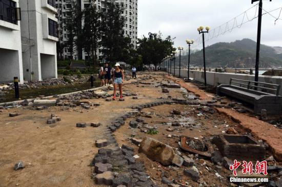 9月17日上午,在强台风山竹吹袭期间水浸严重的杏花�,附近行人通道及设施受损严重。中新社记者 麦尚�F 摄
