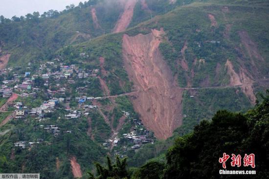 """资料图:台风""""山竹""""日前袭击菲律宾,强风暴雨造成该国至少64人死亡,恐有数十人被泥石流掩埋。图为在菲律宾北部的伊桐宫镇攸卡布村(Ucab)发生泥石流,恐怕有数十人受困,受困人员大多是小型矿场矿工及他们的家属。"""