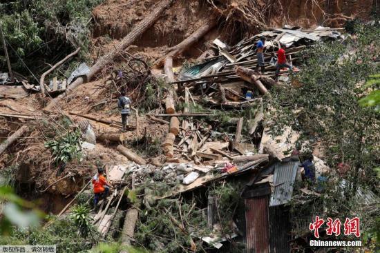 图为当地村民和搜救队员正在进行搜救工作。