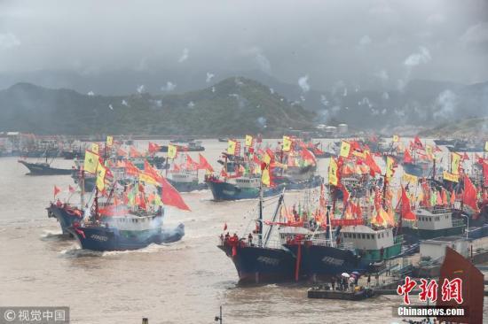 资料图:东海伏季休渔期结束,渔船开始生产作业。图为浙江宁波石浦港千舟竞发。张培坚 摄 图片来源:视觉中国