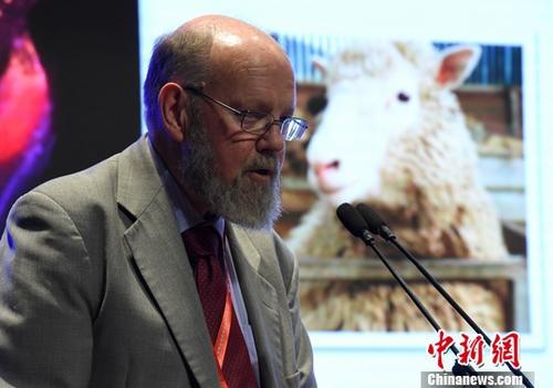 """9月17日,世界公众科学素质促进大会在北京举行,在""""科普高峰论坛""""环节,2002年""""恩斯特?舍林奖""""得主、克隆羊""""多莉""""之父伊恩?维尔穆特发表演讲,为现场听众进行科普。中新社记者 侯宇 摄"""