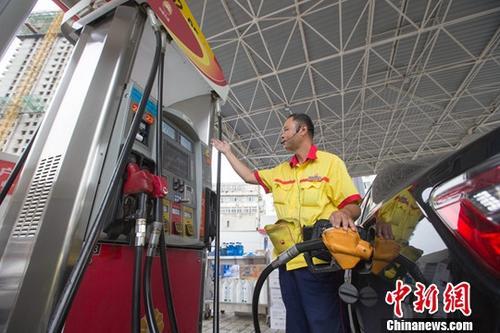 资料图为山西太原一加油站,工作人员正在加油。中新社记者 张云 摄
