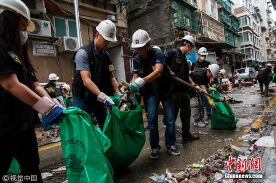 资料图:澳门进行台风灾区清理工作。图片来源:视觉中国
