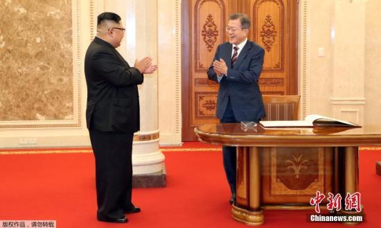 当地时间9月18日下午,朝鲜最高领导人金正恩与韩国总统文在寅在朝鲜劳动党总部大楼举行首场会谈。