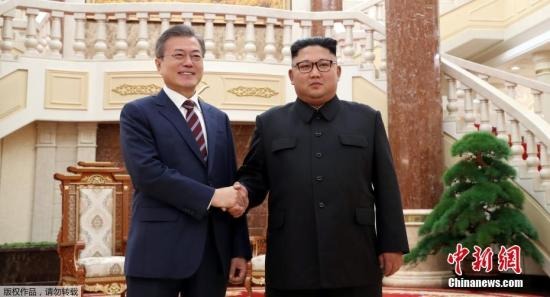 资料图:9月18日,朝鲜最高领导人金正恩与韩国总统文在寅在朝鲜劳动党总部大楼合影。