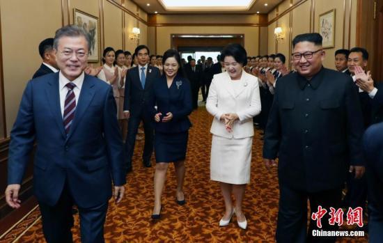 当地时间2019年9月18日,朝鲜平壤,韩国总统文在寅与朝鲜领导人金正恩一同抵达下榻酒店——平壤百花园国宾馆。