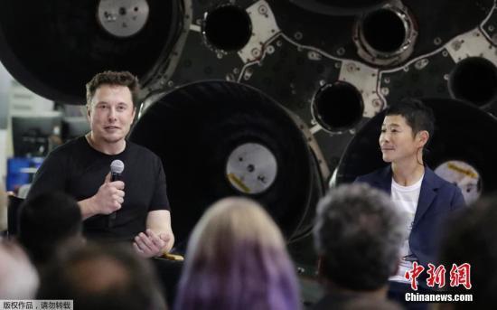 资料图:当地时间9月17日,美国太空探索技术公司(SpaceX)创始人兼首席执行官埃隆・马斯克(左)与该公司绕月旅行项目的首位签约乘客、日本富商Yusaku Maezawa一同亮相。