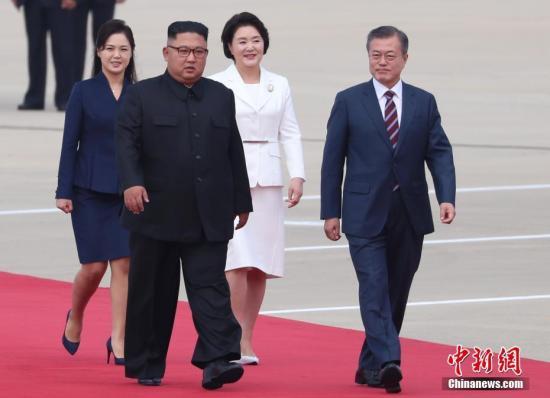9月18日,韩国总统文在寅抵达朝鲜平壤,朝鲜最高领导人金正恩携夫人李雪主到机场迎接。文在寅与金正恩将于当天举行会谈。 (平壤联合采访团供图)