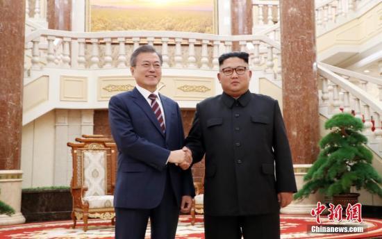 韩国总统文在寅9月18日上午抵达朝鲜平壤,文在寅与金正恩于当天举行会谈。第三次朝韩首脑会晤将于9月18日至20日在平壤举行,这是文在寅首次正式访问朝鲜,是韩国第三位总统在任期内到访朝鲜。中新社发 平壤联合采访团供图