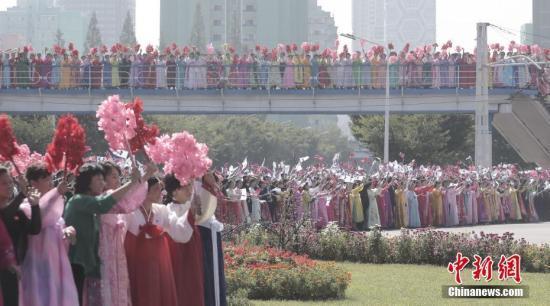韩国总统文在寅9月18日抵达朝鲜,第三次韩朝首脑会晤将于9月18日至20日在平壤举行。当天,上万名朝鲜民众聚集在平壤街头欢迎文在寅。<a target='_blank' href='http://www.chinanews.com/'>中新社</a>发 平壤联合采访团供图