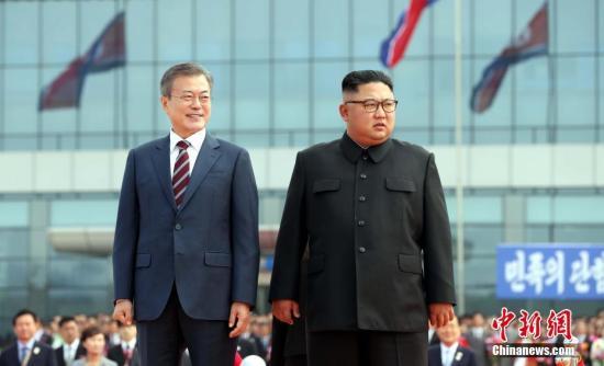 9月18日,韩国总统文在寅抵达朝鲜平壤,朝鲜最高领导人金正恩携夫人李雪主到机场迎接。图为文在寅与金正恩检阅朝鲜仪仗队。 平壤联合采访团供图