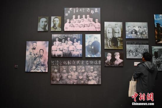 """9月18日,照片墙上展出的滇军老照片。当日是""""九一八""""事变爆发87周年纪念日,《碧血千秋�D�D滇军60军出滇抗战纪念特展》(滇军60军起义后改编为中国人民解放军50军)在昆明的云南省博物馆开展。本次展览分为""""铁血滇军""""""""持久抗战""""""""全民抗战""""""""浩气长存""""四大部分,以滇军60军出滇抗战为切入点,以史为纲,通过文物、场景的巧妙结合,展现了一段云南人民在抗日战场上的铁血情怀。中新社记者 刘冉阳 摄"""