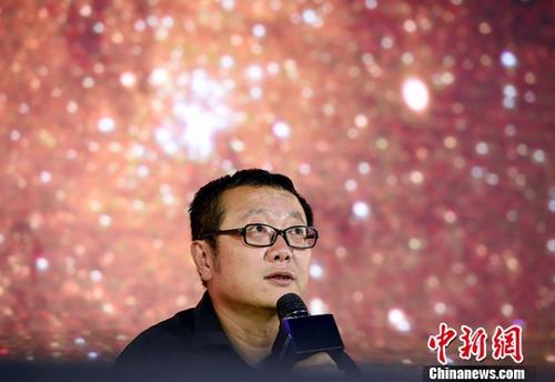 """9月18日,世界公众科学素质促进大会的""""科幻在促进公众科学素质中的先锋价值""""专题讨论在北京中国科技馆举行,中国著名科幻作家、2015年雨果奖得主刘慈欣登台参加讨论,与现场观众一起聊科幻。<a target='_blank' href='http://reggaechina.com/'>中新社</a>记者 侯宇 摄"""