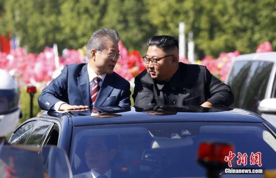 """韩国总统文在寅9月18日抵达朝鲜平壤,本年第三次""""文金会""""将于9月18日至20日举办。18日,文在寅与金正恩共乘一辆轿车驶过平壤街头。 平壤联合采访团供图"""