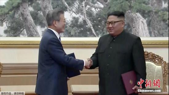 朝韩领导人签署宣言后握手。(视频截图)