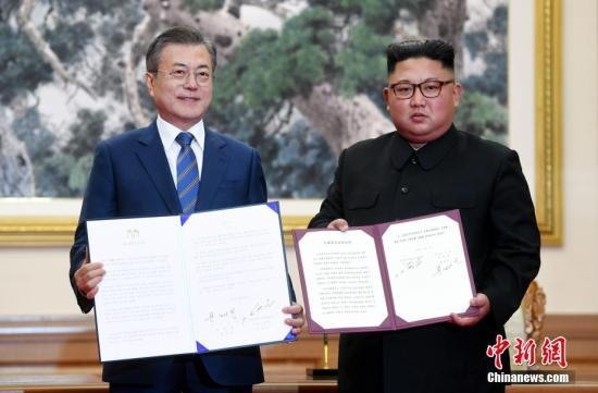 资料图:9月19日,韩国总统文在寅与朝鲜国务委员会委员长金正恩在平壤签署《9月平壤共同宣言》。