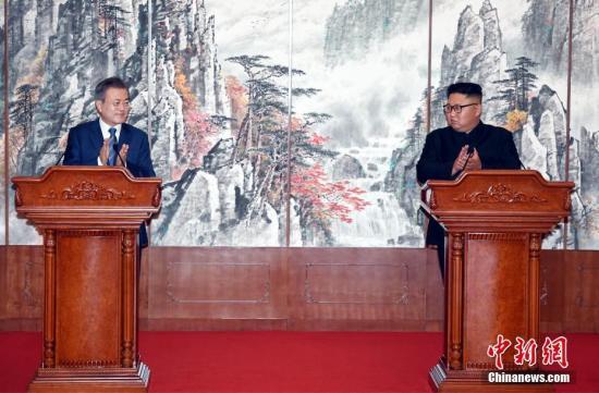 9月19日,在朝鲜平壤,朝鲜国务委员会委员长金正恩(右)与韩国总统文在寅在签署《9月平壤共同宣言》后举行记者会。正在平壤访问的文在寅19日上午在百花园迎宾馆与金正恩举行第二轮会谈。会谈结束后,双方签署《9月平壤共同宣言》,就早日推动半岛无核化进程、加强南北交流与合作达成一致。<a target='_blank' href='http://www.chinanews.com/'>中新社</a>发 平壤联合采访团供图
