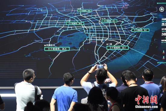 资料图:参观者正在围观城市大脑系统。<a target='_blank' href='http://www.chinanews.com/'>中新社</a>记者 王刚 摄