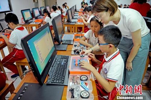 资料图:小学生体验人工智能。<a target='_blank' href='http://www-chinanews-com.jiyuangroup.net/'>中新社</a>记者 佟郁 摄