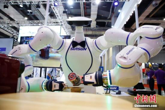 资料图:9月20日,机器人咖啡师在为顾客制作咖啡。 <a target='_blank' href='http://www-chinanews-com.fonemax.net/'>中新社</a>记者 汤彦俊 摄
