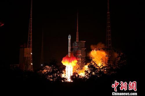 """首次装载国际搜救组织标准设备的两颗北斗导航卫星――中国北斗三号全球系统第13、14颗组网卫星,2018年9月19日晚""""一箭双星""""发射成功,这表明,中国北斗将为全球用户提供遇险报警及定位服务。图为发射现场。中新社发 梁珂岩 摄"""