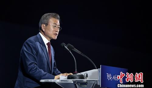 韓國總統文在寅于9月18日至20日訪問朝鮮,與朝鮮國務委員會委員長金正恩舉行會談。9月20日晚,文在寅返回韓國后在首爾新聞中心舉行記者會。針對韓朝首腦簽署的《9月平壤共同宣言》,文在寅說,韓朝此次協商的部分內容未列入宣言。他稱,我們的目標是爭取在年內發表終戰宣言。<a target='_blank' href='http://www.mydmyyz.com/'>中新社</a>發 平壤聯合采訪團供圖