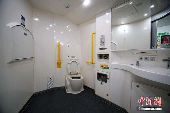 车厢内设有无障碍洗手间以便利残障人士,该洗手间大门以按扭方式开启,墙壁上还有母婴护理台。 中新社记者 张炜 摄