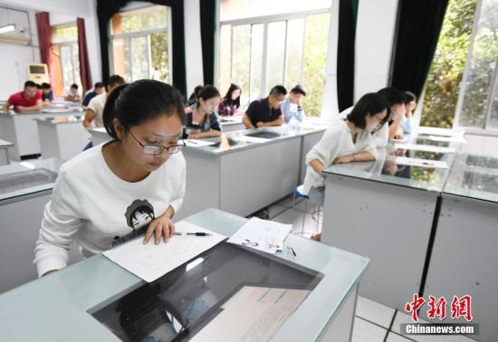 9月22日,国家统一法律职业资格考试客观题考试开考。四川全省21个市州共设44个考点、485个考场,共有26788人报名参加客观题阶段考试,且全部为计算机化考试。图为考试现场。 中新社记者 安源 摄