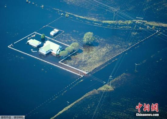 "资料图:当地时间2018年9月21日,美国北、南卡罗来纳州,飓风""佛罗伦萨""袭击当地,造成洪水泛滥,灾后清理工作持续进行。"