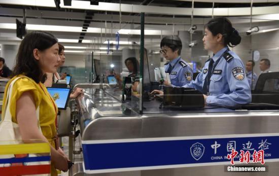 图为首列抵港高铁列车乘客在内地口岸区接受查验通关手续。<a target='_blank' href='http://www-chinanews-com.hgzsbj.com/'>中新社</a>记者 张炜 摄