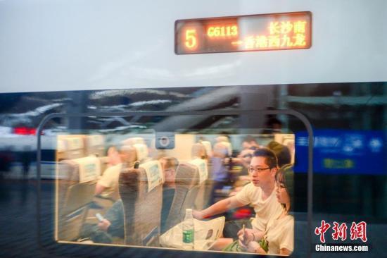 資料圖:乘客坐上高鐵。中新社記者 楊華峰 攝