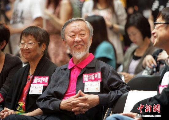 """2004年初,高锟被证实患上早期阿兹海默症,为协助阿兹海默症患者和家属,高锟及夫人黄美芸成立高锟慈善基金。在高锟夫妇2010年的一封公开信中,他们写道:""""(高锟)在香港就读高中、也曾在中大执教鞭、当校长,并在这里退休,在香港生活逾三十载,是个名副其实的香港人。""""图为高锟慈善基金会主席高锟教授与妻子黄美芸在香港新世纪广场主持《不再让你孤单》与爱同行慈善活动,为脑退化病人筹款。<a target='_blank' href='http://www-chinanews-com.chineseproductsourcing.com/'>中新社</a>记者 洪少葵 摄"""