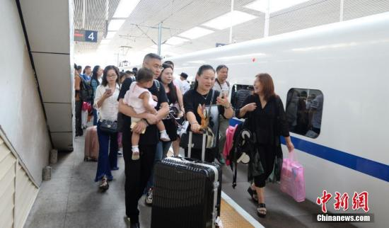乘客高兴乘坐首发列车前往香港。 王东明 摄